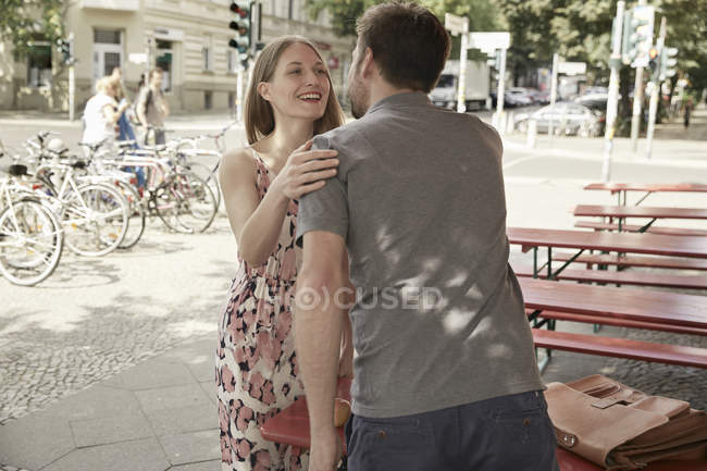 Homme et femme réunis dans un café sur le trottoir — Photo de stock