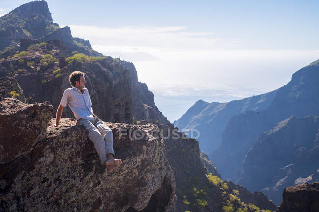 Spain, Tenerife, Teno Mountains, Masca,  man sitting on the cliff — Stock Photo
