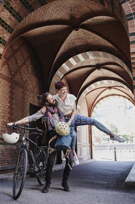 Портрет посміхаючись чоловічого велосипедист холдингу жінка — стокове фото