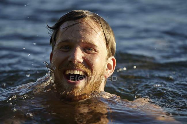 Heureux jeune homme dans un lac — Photo de stock