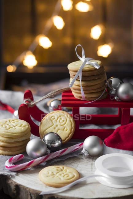 Weihnachts-Dekoration mit Miniatur Schlitten und shortbread — Stockfoto
