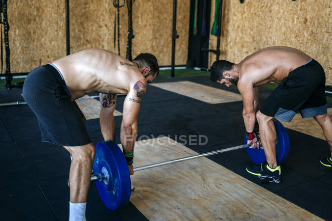 Zwei Athleten Vorbereitung Langhantel im Fitness-Studio — Stockfoto