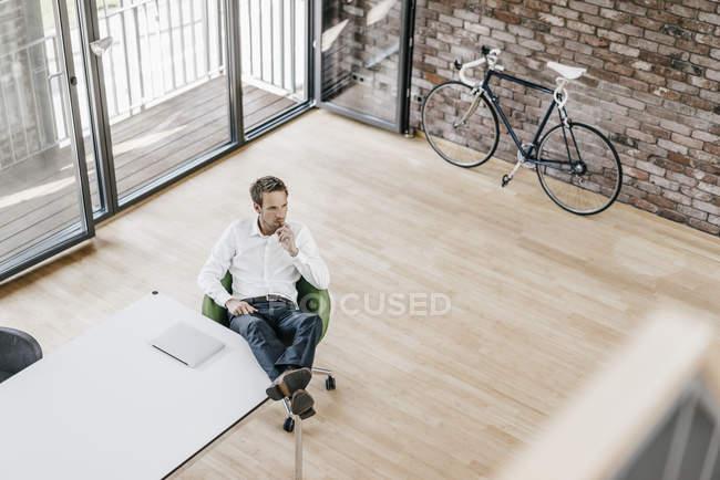 Homme d'affaires pense au bureau — Photo de stock