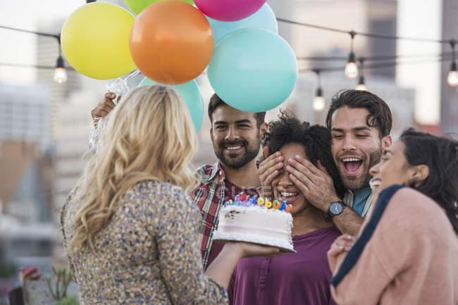 Друзья преподносят сюрприз на вечеринке на крыше, Лос-Анджелес, США — стоковое фото