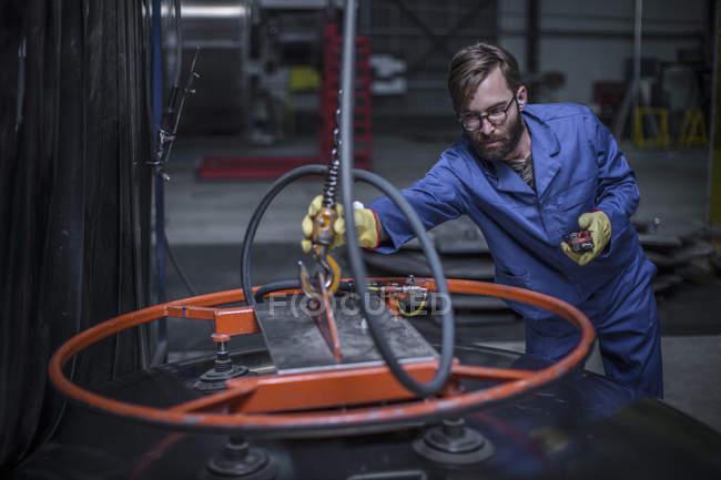 Fabrikarbeiter, Stahl Tanker industrielle Stahlhaken zuweisen — Stockfoto
