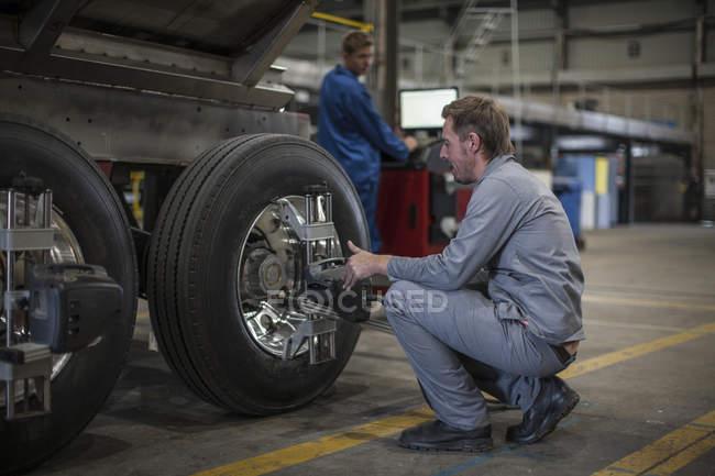 Робітниця заводу у виробництві промислових вантажівка — стокове фото