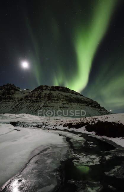 Красочные северное сияние и полная луна в Исландии — стоковое фото