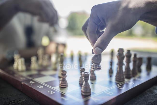 Città del Capo, Sud Africa, Fare una mossa durante la partita a scacchi — Foto stock