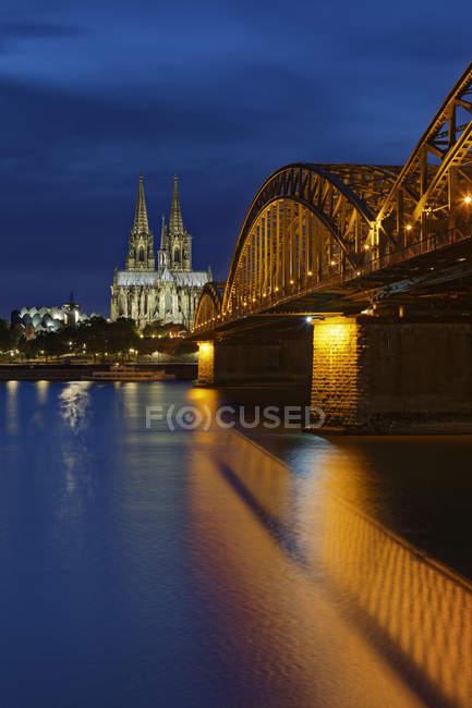 Deutschland, köln, beleuchteter kölner dom und hohenzollernbrücke — Stockfoto