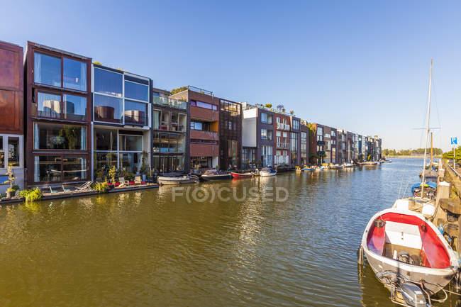 Países Bajos, Amsterdam, casas adosadas modernas en Scheepstimmermanstraat - foto de stock