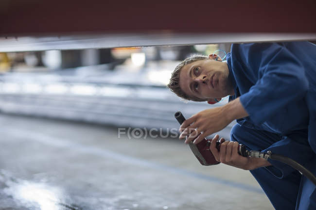 Factory worker inspecting steel structure — Stock Photo