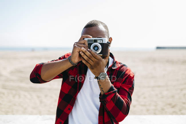 Man taking pictures with old-fashioned camera — Stock Photo