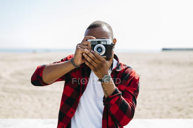 Людина фотографувати з старомодним камери — стокове фото