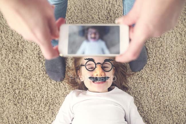 Мати фотографують її дочка зі смартфона — стокове фото
