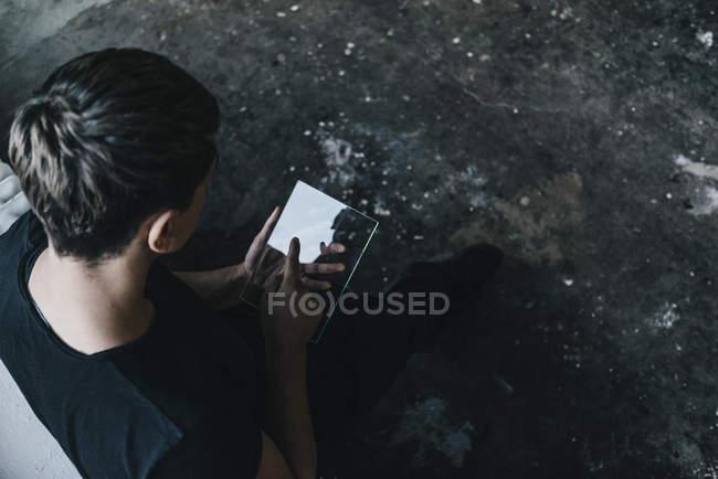 Mann benutzt durchsichtiges mobiles Gerät — Stockfoto