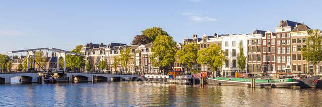 Paisaje urbano panorámico del casco antiguo de Ámsterdam con vistas al canal, Países Bajos - foto de stock