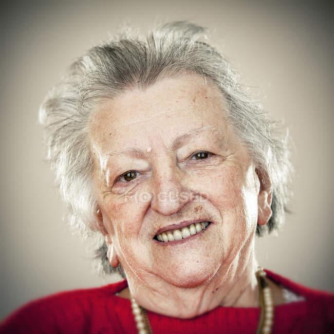 Retrato de mulher sênior sorridente olhando para a câmera — Fotografia de Stock
