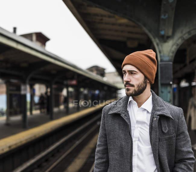 Человек, ожидающих на платформе станции метро — стоковое фото