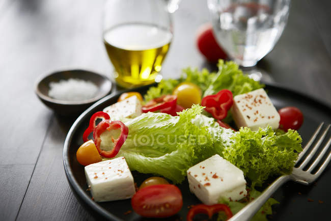 Feta salad with red bell peppers, tomatoes and olive oil — Stock Photo