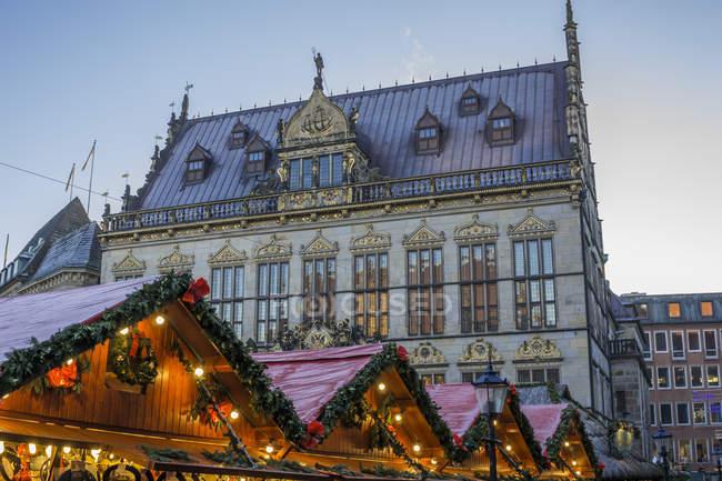 Bâtiments anciens et Noël marché peuplements — Photo de stock