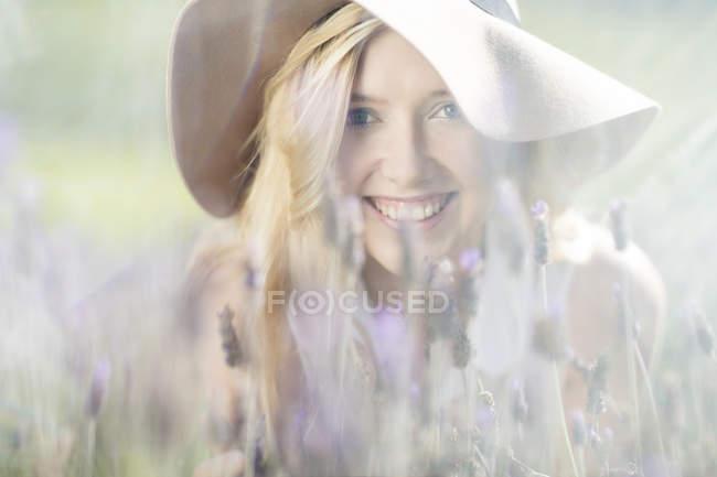 Porträt einer lächelnden jungen Frau im Lavendelfeld — Stockfoto