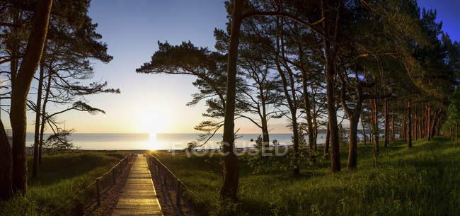 Alemania, Ruegen Island, Binz, paseo marítimo al atardecer - foto de stock
