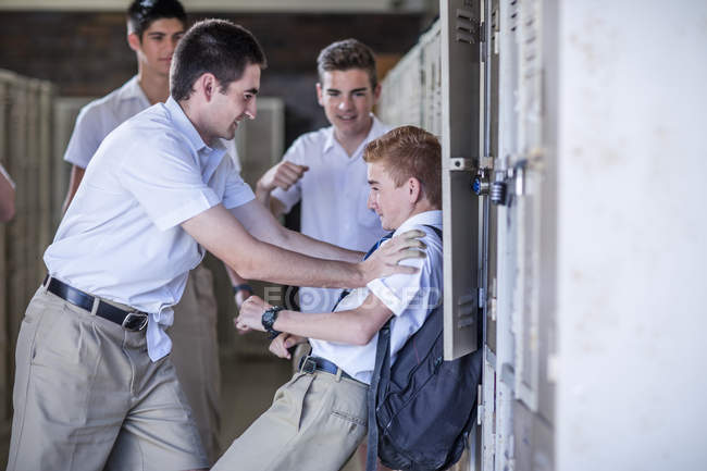 Studenti delle scuole superiori bullismo compagno di classe — Foto stock