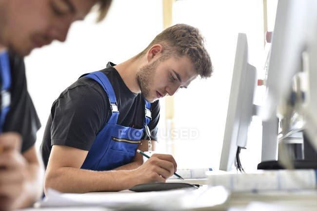 Студенты профессиональных училищ пишут тест — стоковое фото
