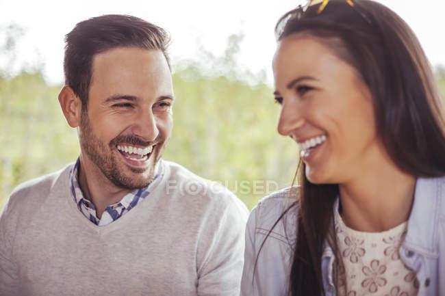 Закри щасливі пари сміятися на відкритому повітрі — стокове фото