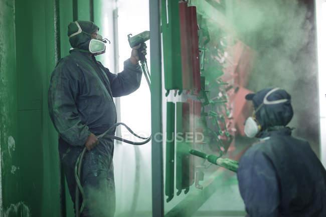 Componentes de cabina de aerosol de una fábrica de acero de pintores fumigación - foto de stock