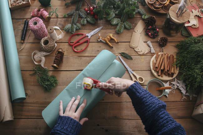 Mãos de mulher embrulhar prendas de Natal — Fotografia de Stock