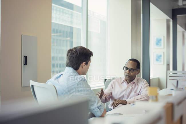 Два предпринимателя, говорить вместе в офисе — стоковое фото