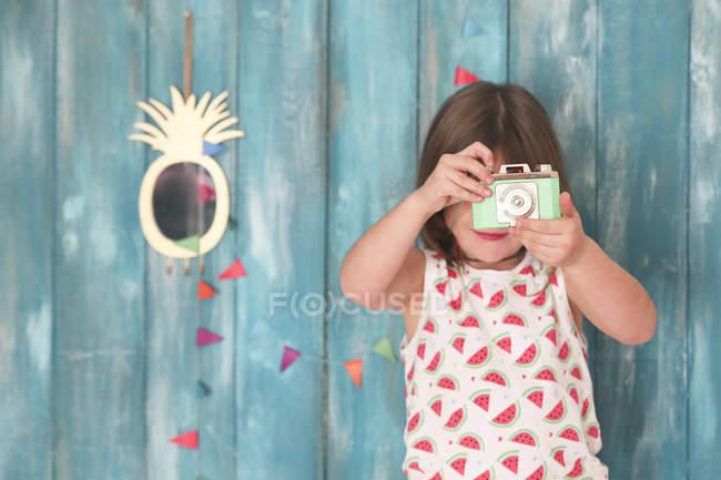 Retrato de menina brincando com a câmera de brinquedo vintage — Fotografia de Stock