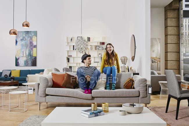 Porträt eines Paares auf Sofa im Möbelhaus — Stockfoto