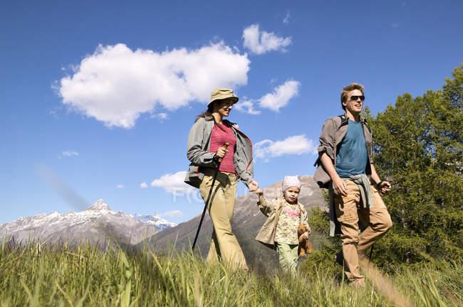 Felice famiglia caucasica insieme in un viaggio a piedi — Foto stock
