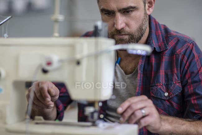 Кравець працює над швейні машини, крупним планом — стокове фото