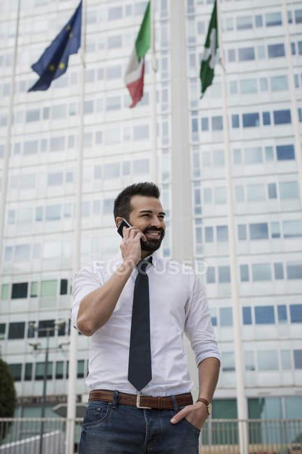 Uomo d'affari sorridente al telefono — Foto stock
