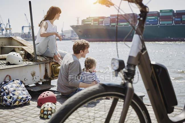 Portrait de famille reposant sur la jetée de la rivière Elbe — Photo de stock