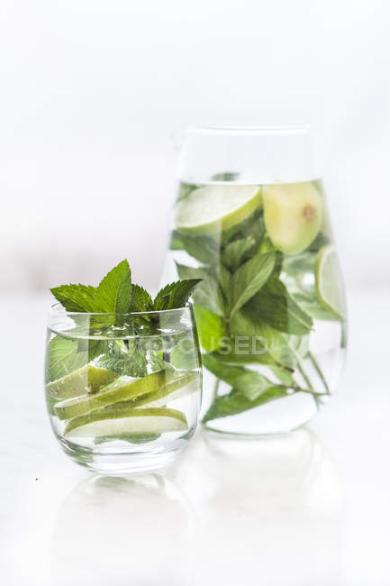 Vetro e caraffa di acqua di disintossicazione con menta e lime — Foto stock