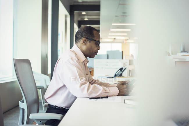 Geschäftsmann nutzt digitales Tablet allein im Büro — Stockfoto
