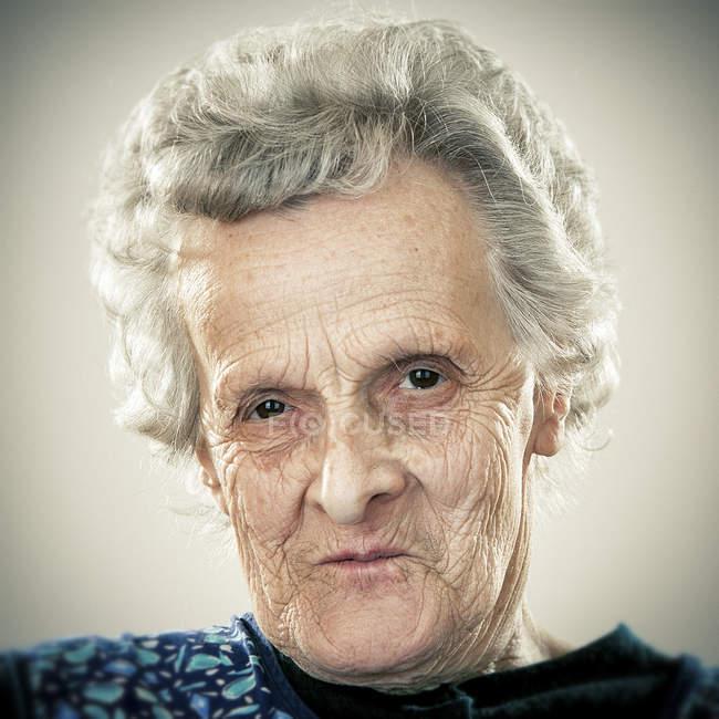 Portrait de femme âgée calme regardant la caméra — Photo de stock