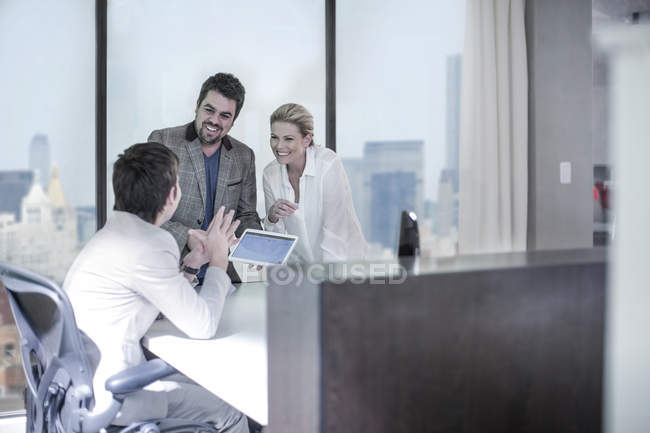 Нью-Йоркский городской офис, люди вместе в городском офисе — стоковое фото