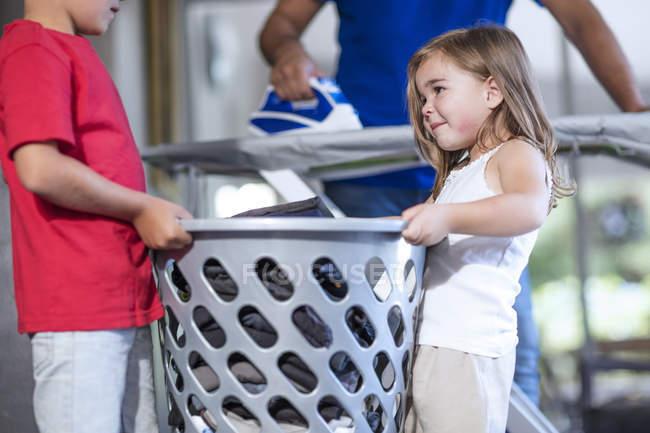 Trabalho em equipe duas crianças com tarefas de casa — Fotografia de Stock