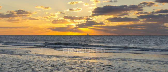 La Haye, Scheveningen, Pays-Bas, coucher de soleil sur l'eau de mer — Photo de stock