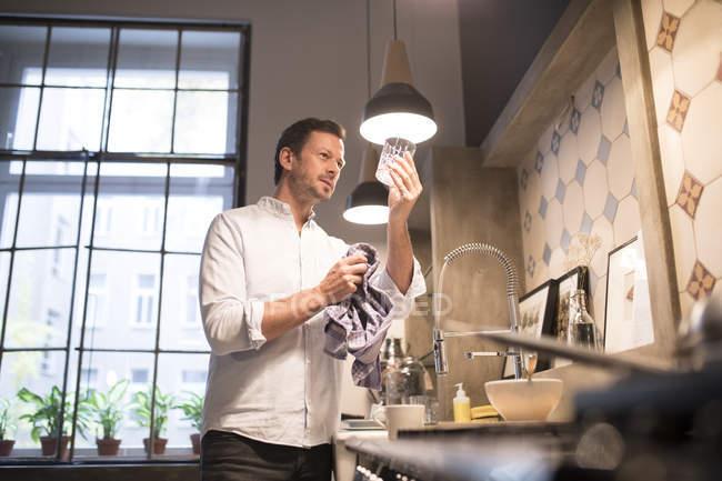 Людина сушіння скла з рушником сучасної кухні — стокове фото