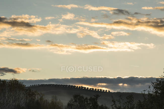 Italy, Tuscany, Val dOrcia, landscape with cloudy sky at sunset — Stock Photo