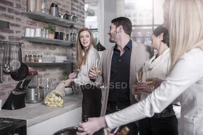 Друзі, проведення шампанського окуляри спілкування кухні — стокове фото