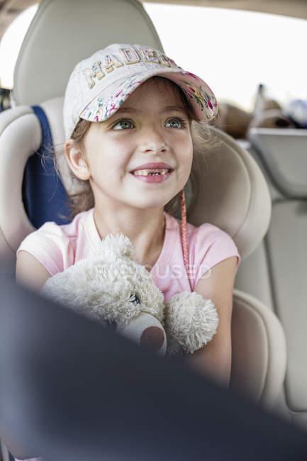 Mädchen hält Teddybär