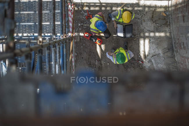Construction workers on a construction site, overhead view — Stock Photo