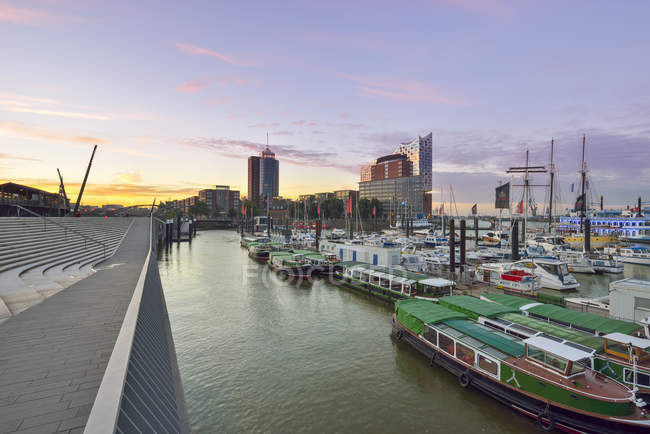 Germany, Hamburg, view to Hanseatic Trade Center and Elbphilharmonie seen from Niederhafen in the morning — Stock Photo